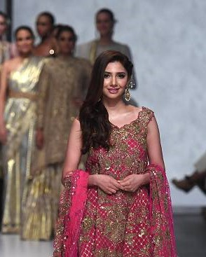 Mahira Khan considers Imran khan as the light at the end of the tunnel