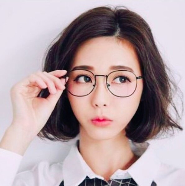Women raise voices over the prohibition of spectacles at work, in Japan