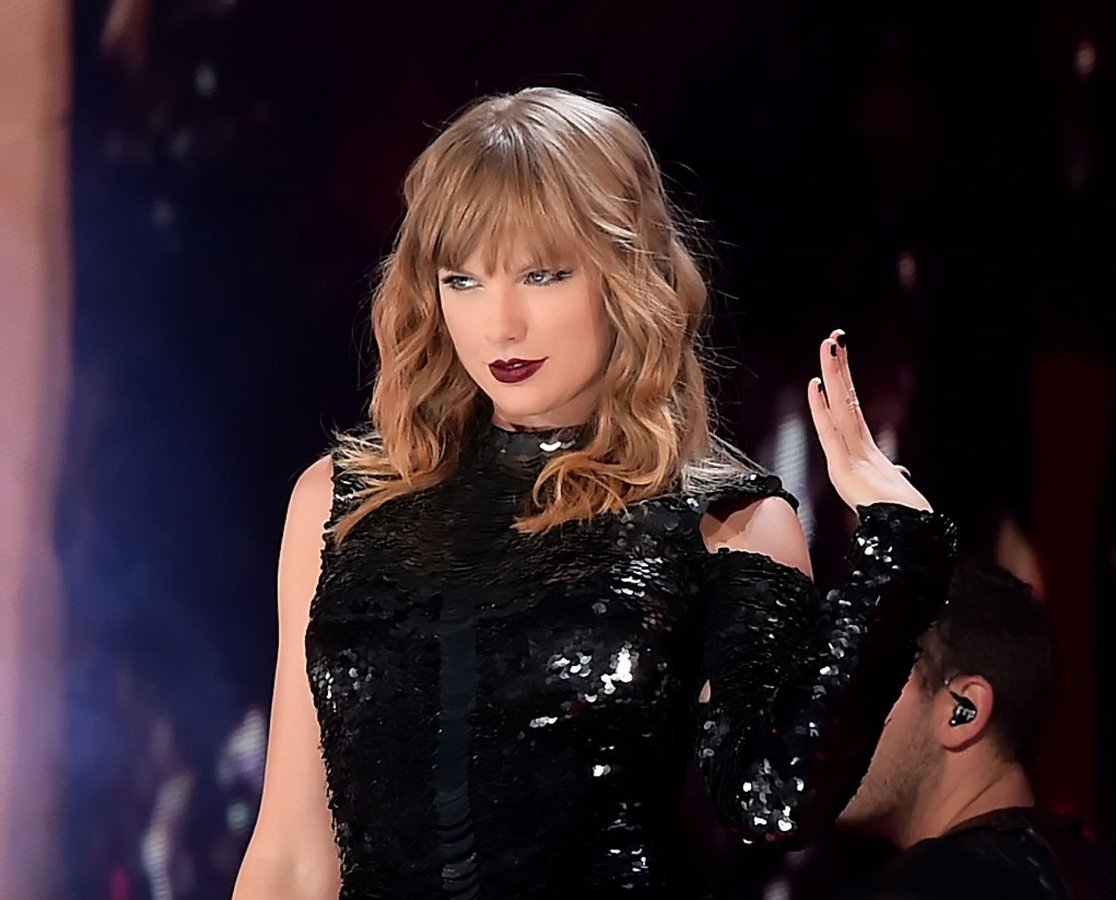 Taylor Swift Will Sing Old Fan Favourites at AMAs