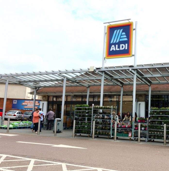 Single Mum Criticize Aldi's One-Child Policy After She Leaves One Of her Twin Outside